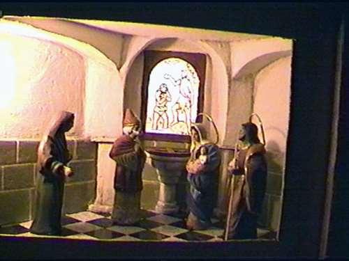 Rizando el rizo. Presentacion en el templo,con pila bautismal y vidriera con el bautismo de Jesus.???
