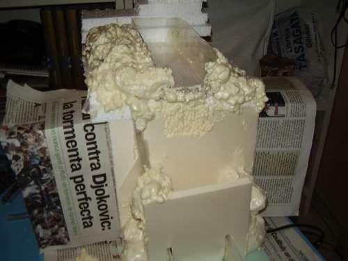 """La espuma de porex puede hacer """"aguas"""", así, que la cascada tiene una capa de silicona."""