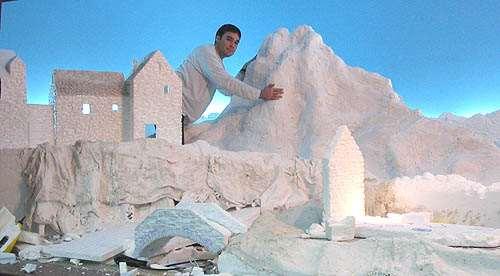 Foto tomada durante la construcción. Se aprecia el tamaño del montaje y las montañas de escayola